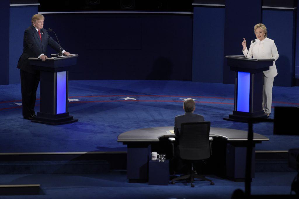 Präsidentschaftskandidaten Donald Trump und Hillary Clinton mit Moderator Chris Matthews während der finalen Debatte in Las Vegas am 19. Oktober. CREDIT: Sam Morris/Las Vegas News Bureau